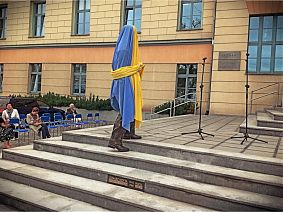 Przed odsłonięciem - fot. Piotr Kofta