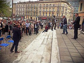 Po odsłonięciu - z Jonaszem Koftą wita się Stefan Friedmann - fot. Piotr Kofta
